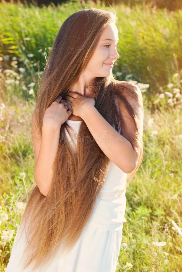 Schöne junge Frau mit dem sehr langen Haar draußen lizenzfreies stockbild