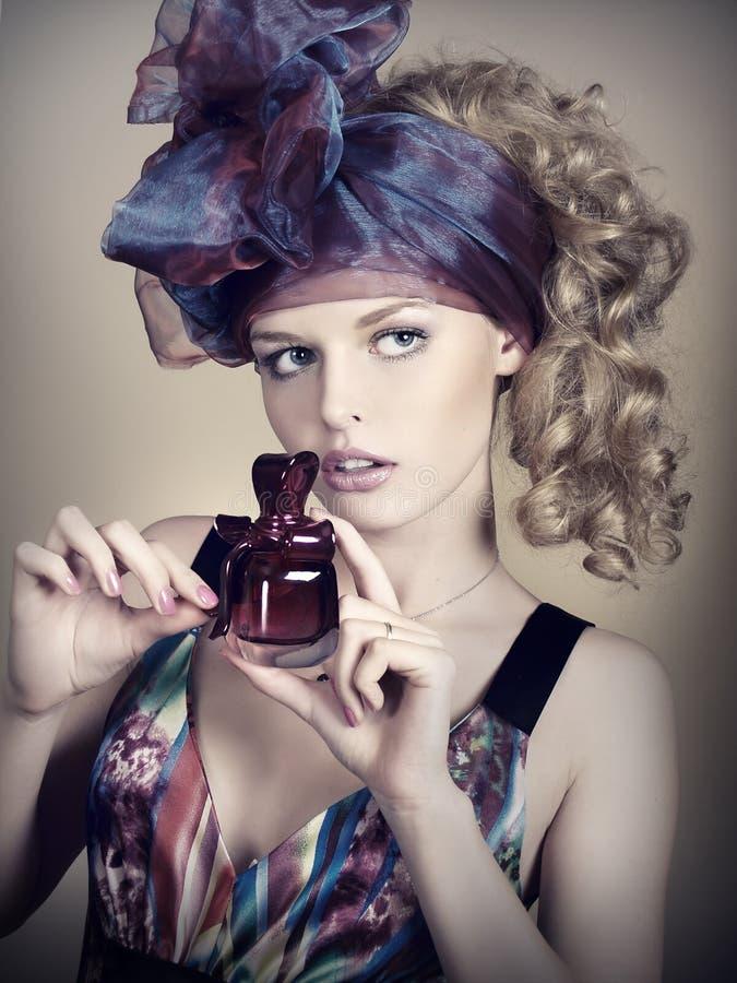 Schöne junge Frau mit Duftstoff stockfotos