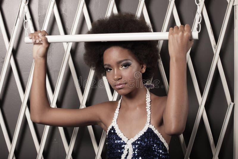 Schöne junge Frau mit einem Afro lizenzfreie stockfotos