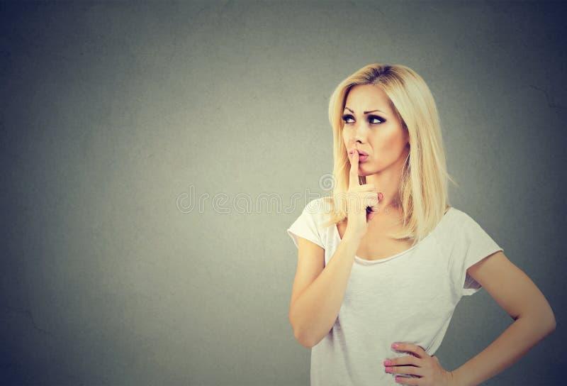 Schöne junge Frau mit einem durchdachten Gesichtsausdruck, der oben schaut stockbilder