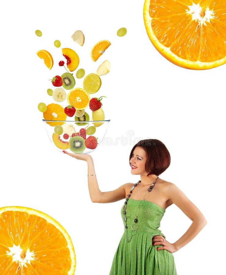 Schöne junge Frau mit einem Fruchtsalat lizenzfreie stockfotografie