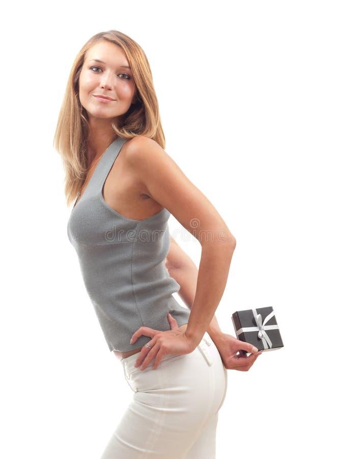 Schöne junge Frau mit einem Geschenkkasten lizenzfreie stockbilder