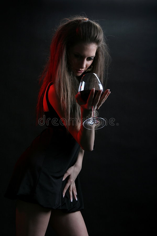 Schöne junge Frau mit einem Glas Rotwein. stockbilder