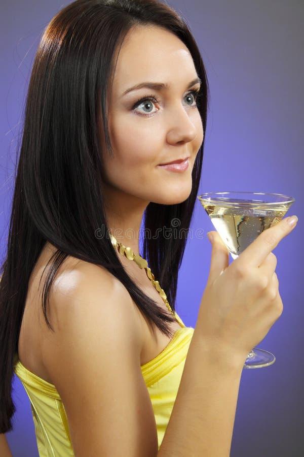 Schöne junge Frau mit einem Glas von Martini lizenzfreies stockbild