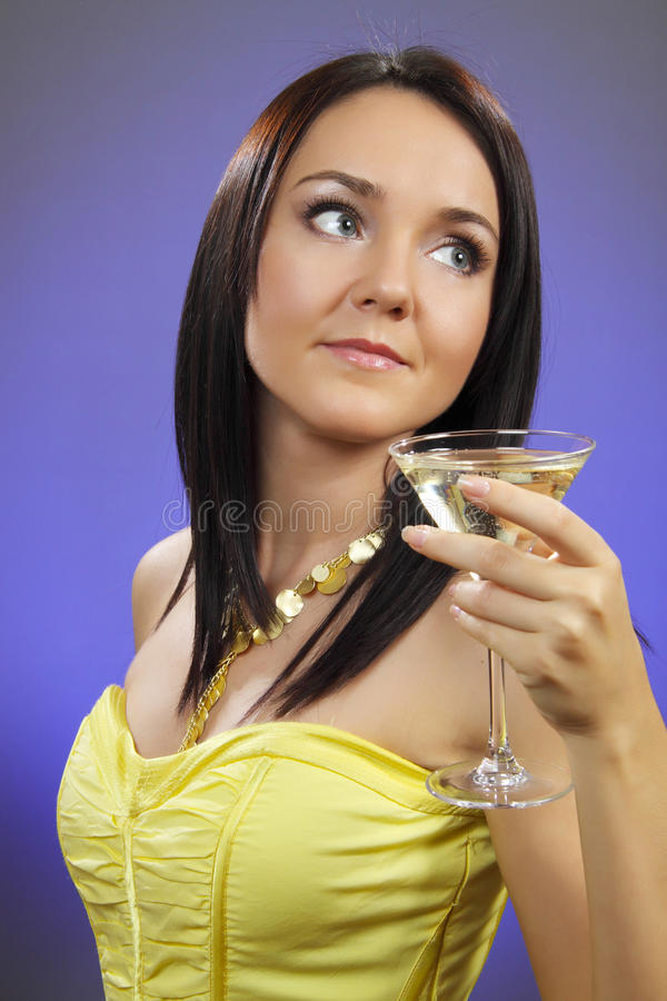 Schöne junge Frau mit einem Glas von Martini lizenzfreie stockfotografie