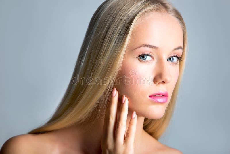 Schöne junge Frau mit einem langen Haar stockfotos