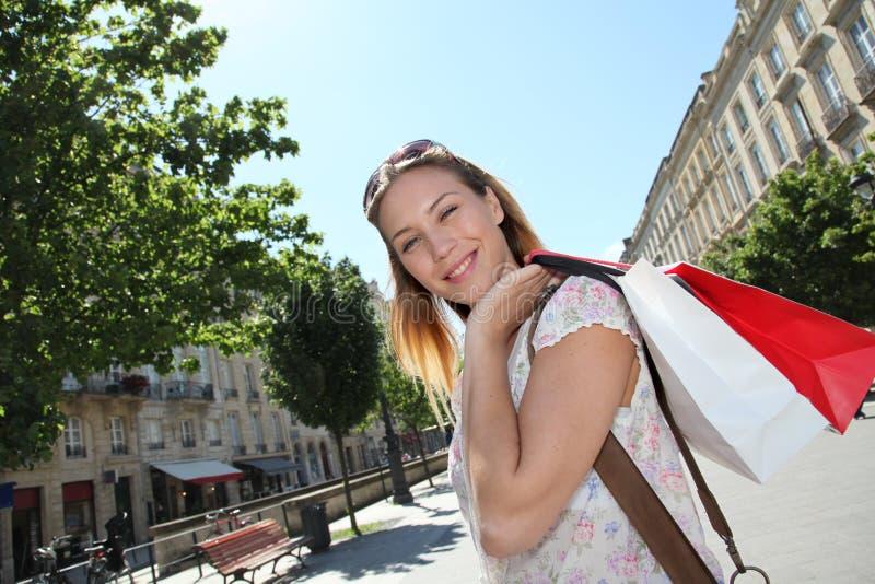 Schöne junge Frau mit Einkaufenbeuteln lizenzfreie stockbilder