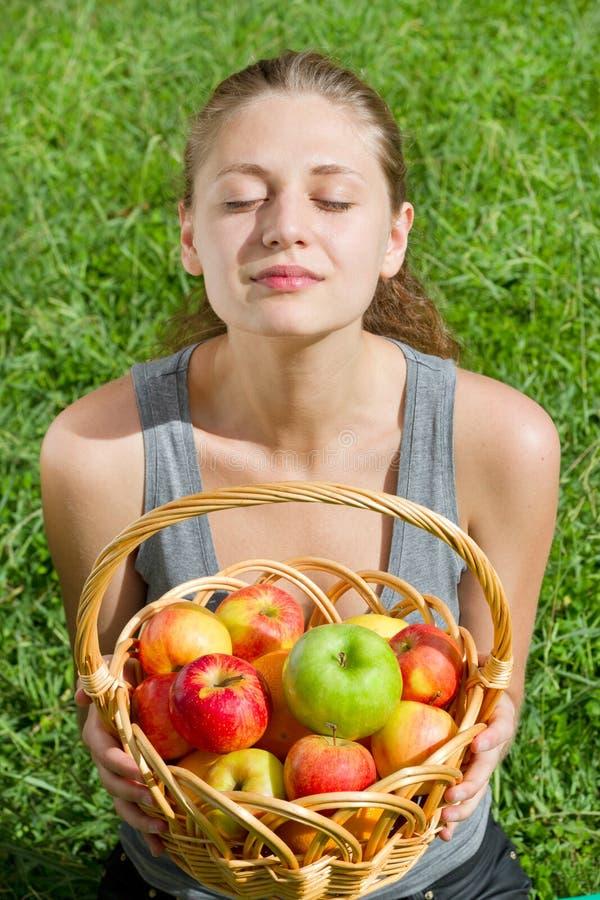Schöne junge Frau mit Früchten lizenzfreie stockfotos