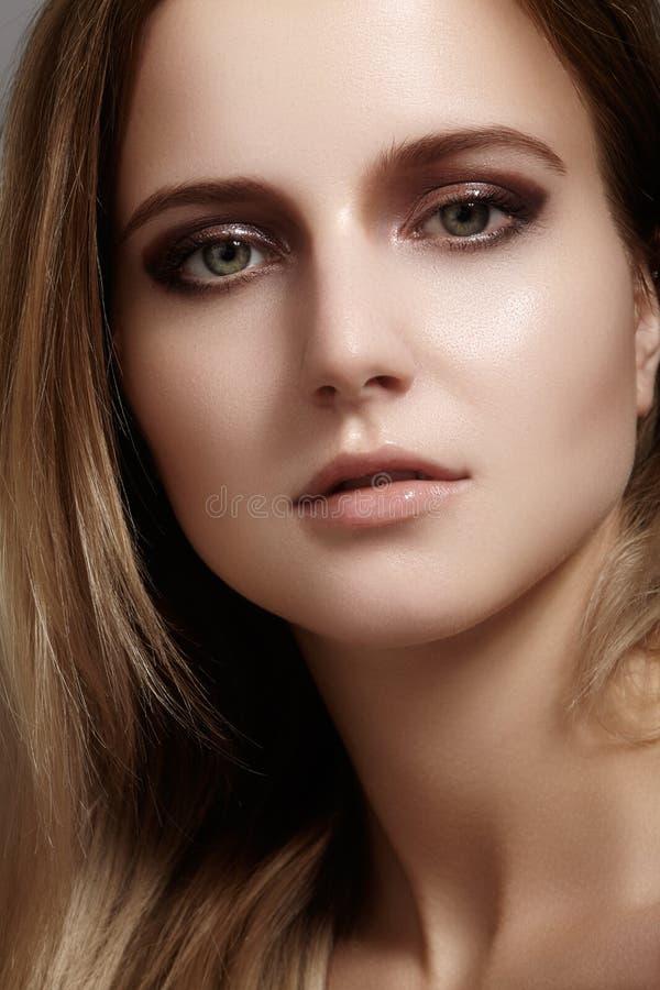 Schöne junge Frau mit Glanzaugen- und -lippenantlitz Saubere Haut der Schönheit, Modemake-up Kosmetik, bilden, Frisur lizenzfreie stockbilder