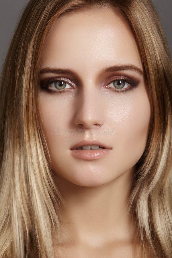 Schöne junge Frau mit Glanzaugen- und -lippenantlitz Saubere Haut der Schönheit, Modemake-up Kosmetik, bilden, Frisur lizenzfreie stockfotos