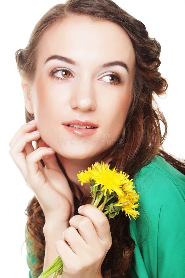 Schöne junge Frau mit großem gelbem Löwenzahn stockbild