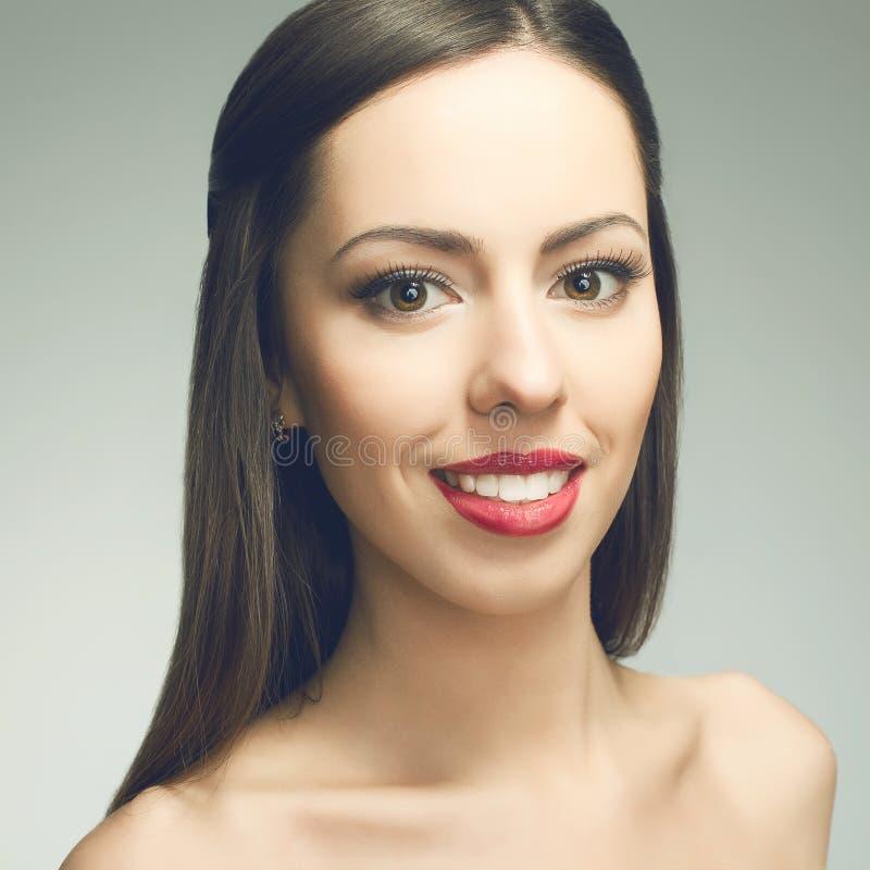 Schöne junge Frau mit großem weißem glänzendem Lächeln lizenzfreies stockfoto