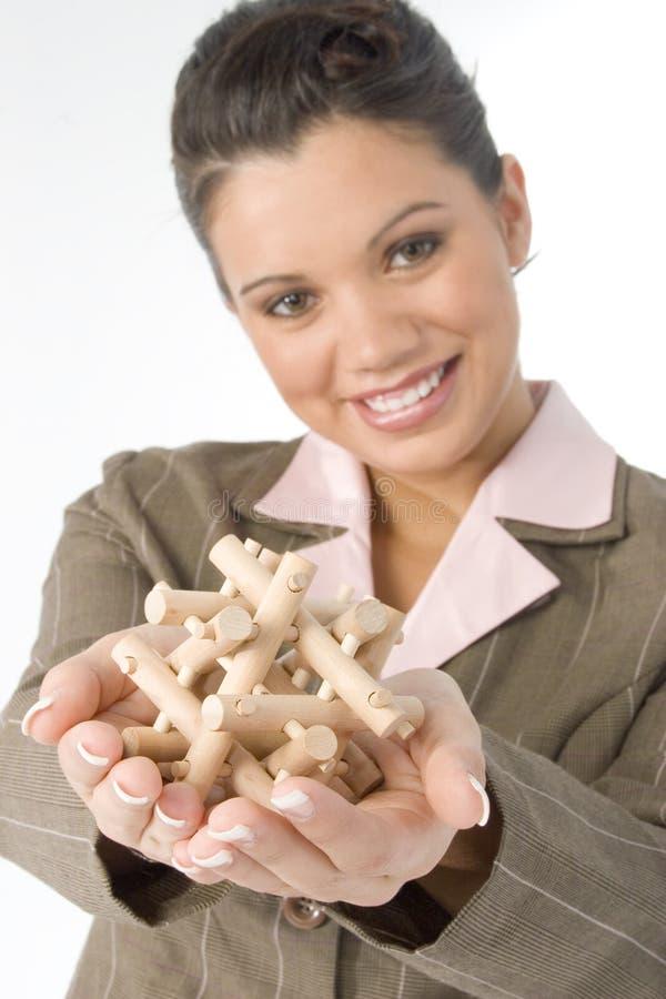 Schöne junge Frau mit hölzernem Puzzlespiel lizenzfreie stockbilder
