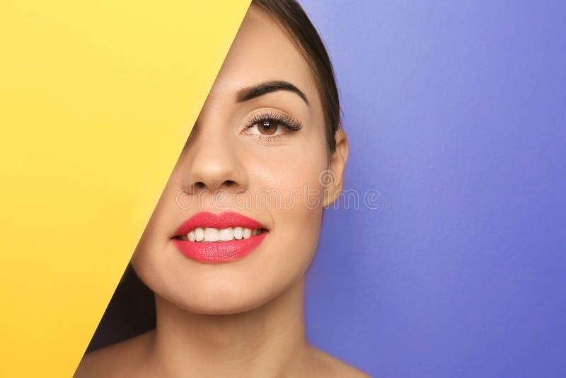 Schöne junge Frau mit hellem Lippenstift und leerem Plakat auf Farbhintergrund lizenzfreie stockfotos
