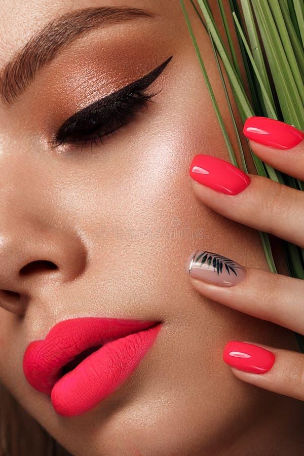 Schöne junge Frau mit hellem Make-up und rosa Neonnägeln Sch?nes l?chelndes M?dchen Foto eingelassen dem Studio lizenzfreie stockbilder