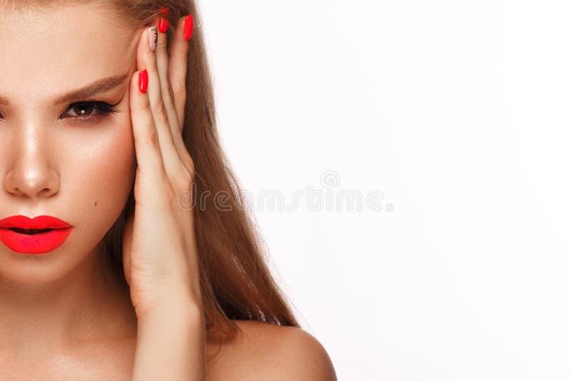 Schöne junge Frau mit hellem Make-up und rosa Neonnägeln Sch?nes l?chelndes M?dchen Foto eingelassen dem Studio stockfotografie