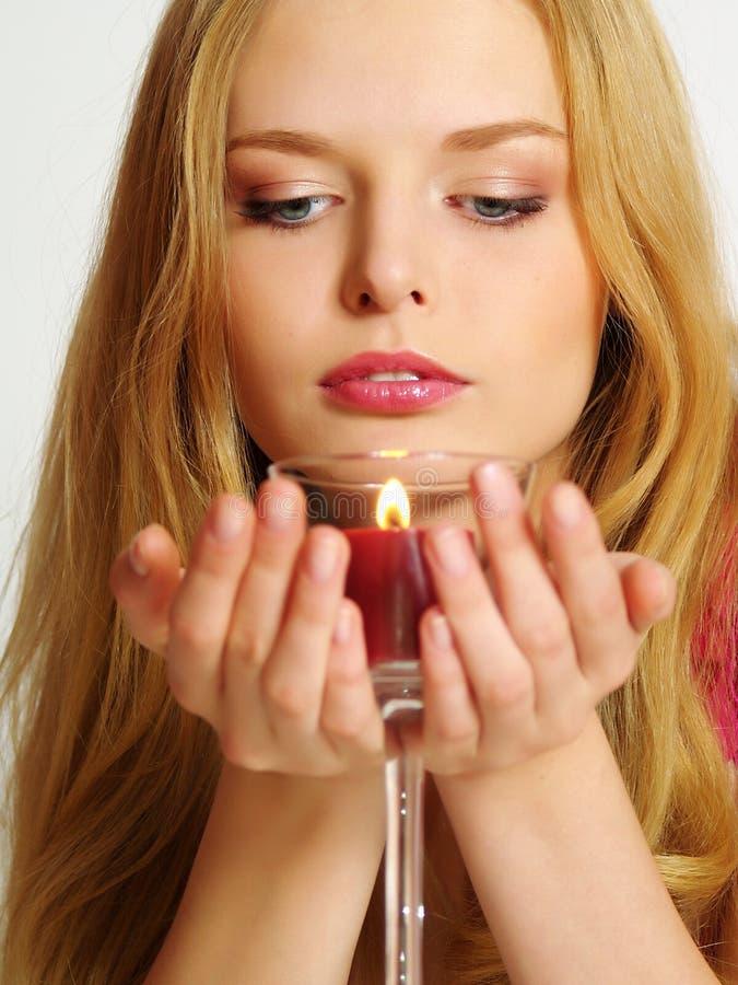 Schöne junge Frau mit Kerzeblick unten stockbilder