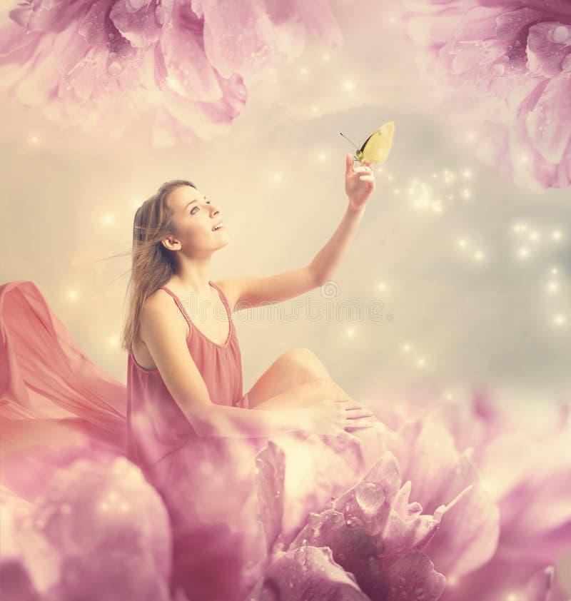Schöne junge Frau mit kleinem Schmetterling stockfotos