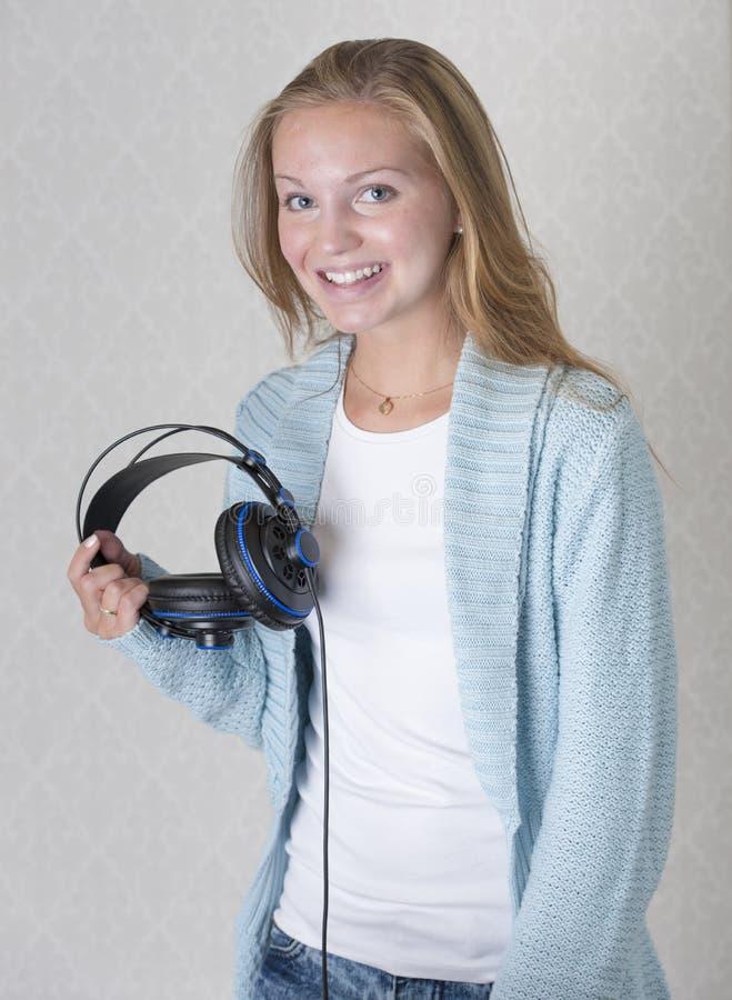Download Schöne Junge Frau Mit Kopfhörern Hörend Zu Stockfoto - Bild von hören, portrait: 26373048