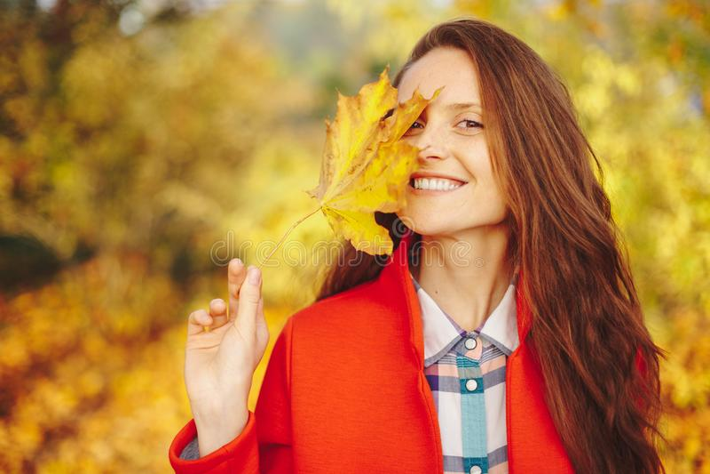Schöne junge Frau mit langem Bedeckungsgesicht des gewellten Haares mit einem L lizenzfreies stockfoto
