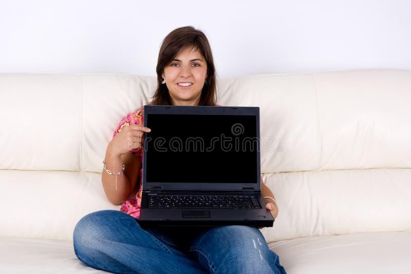 Schöne junge Frau mit Laptop-Computer lizenzfreie stockfotos