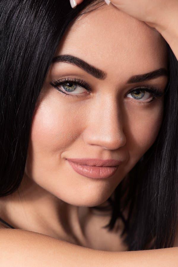 Schöne junge Frau mit natürlichem Make-up, den perfekten Brauen, Hauthaut und Peitschen lizenzfreie stockfotografie