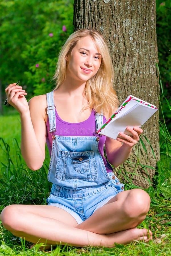 Schöne junge Frau mit Notizblock stockfoto