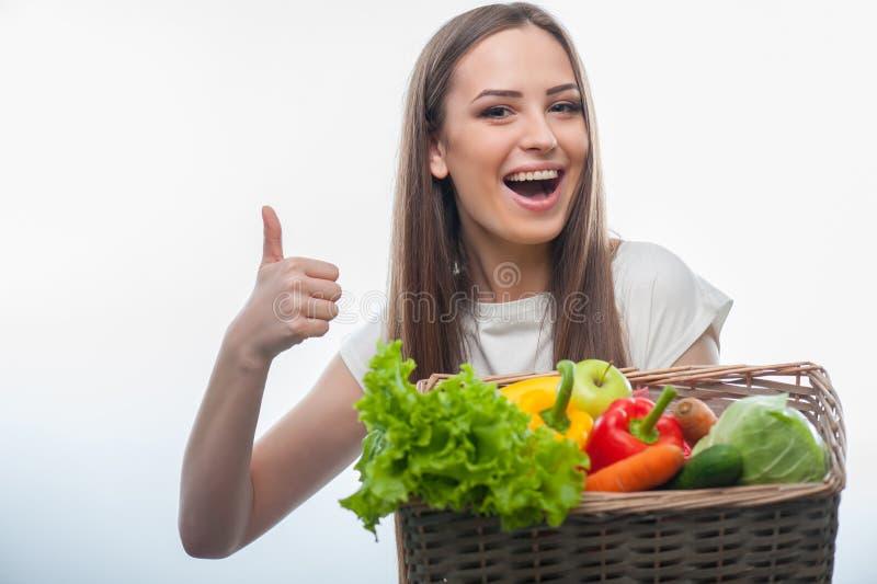 Schöne junge Frau mit Obst und Gemüse lizenzfreie stockbilder