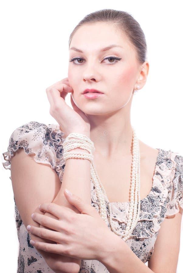 Schöne junge Frau mit Perlen jewelery lizenzfreie stockfotos