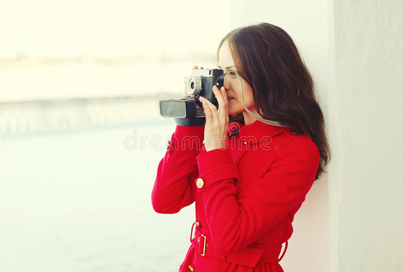 Schöne junge Frau mit Retro- Weinlesekamera lizenzfreie stockfotografie