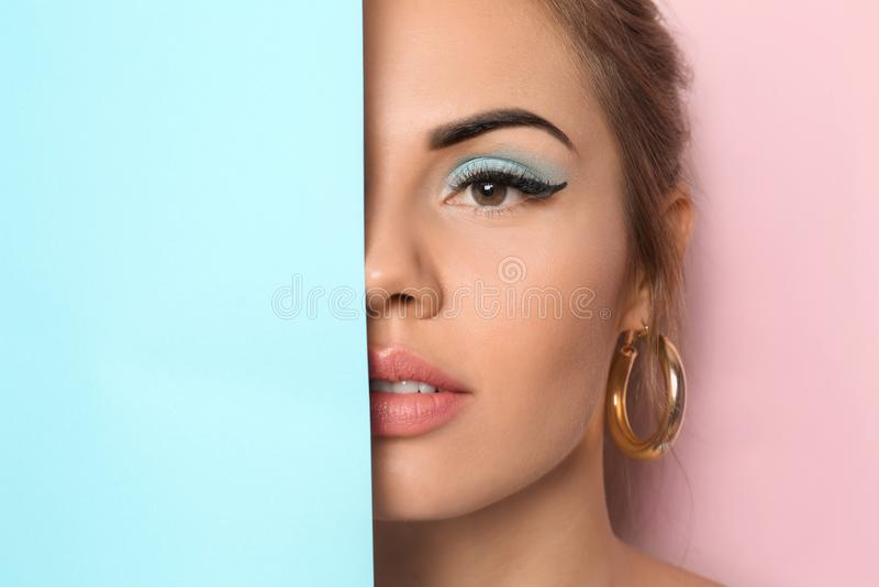 Schöne junge Frau mit rosa Lippenstift und leerem Plakat auf Farbhintergrund lizenzfreies stockfoto