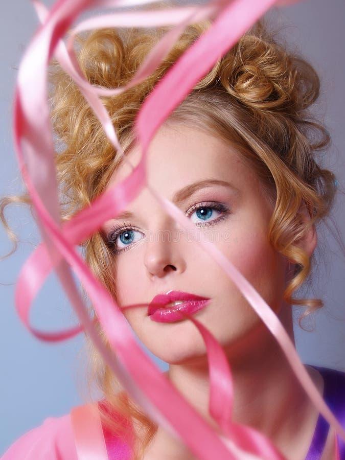 Schöne junge Frau mit rosafarbenen Farbbändern stockfotografie
