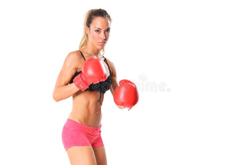 Schöne junge Frau mit roten Verpackenhandschuhen stockfotografie