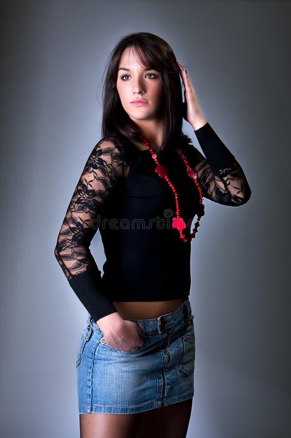 Schöne junge Frau mit roter Halskette stockfotografie