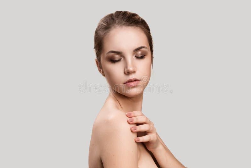 Schöne junge Frau mit sauberer frischer Haut lizenzfreie stockfotografie