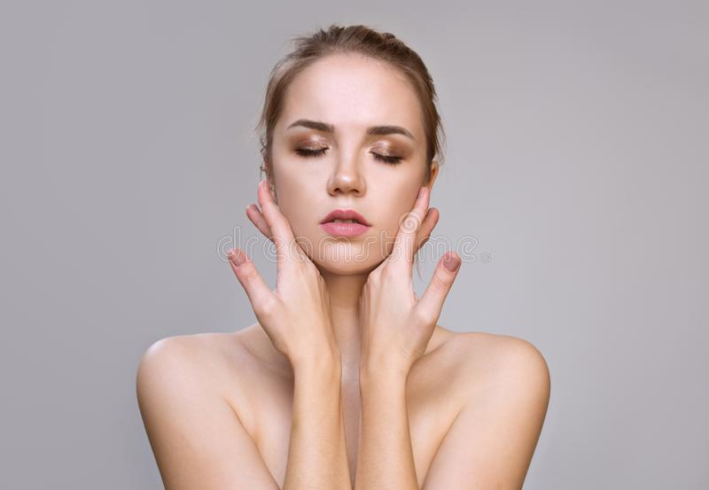 Schöne junge Frau mit sauberer frischer Haut Gesichtsbehandlung lizenzfreies stockbild