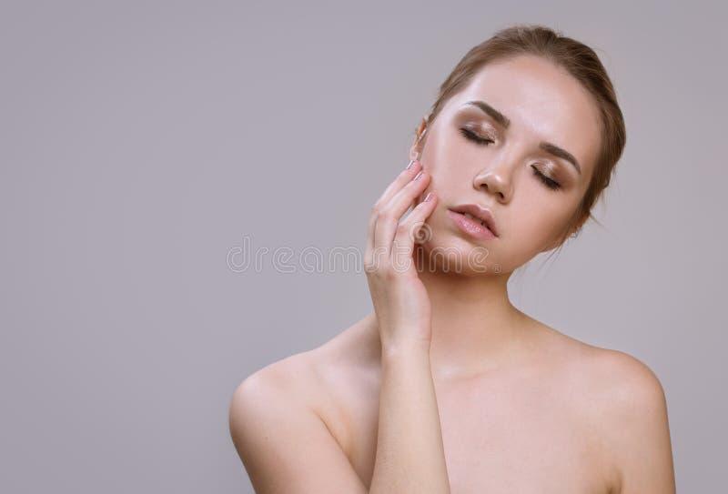 Schöne junge Frau mit sauberer frischer Haut Gesichtsbehandlung lizenzfreie stockfotografie