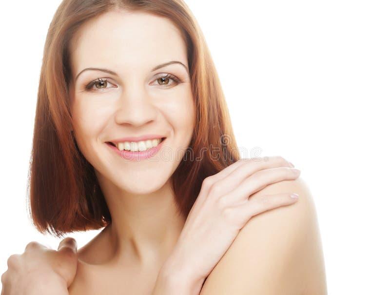 Schöne junge Frau mit sauberer Haut lizenzfreie stockbilder