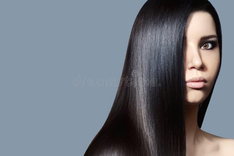 Schöne junge Frau mit sauberer Haut, schönes gerades glänzendes Haar, Modemake-up Schöne glatte Frisur lizenzfreie stockbilder