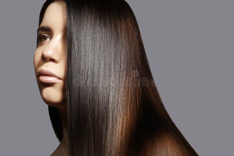 Schöne junge Frau mit sauberer Haut, schönes gerades glänzendes Haar, Modemake-up Schöne glatte Frisur stockfotografie