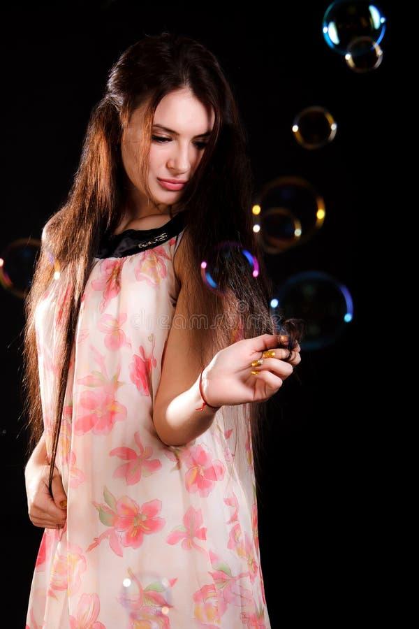 Schöne junge Frau mit Seifenblasen lizenzfreie stockbilder