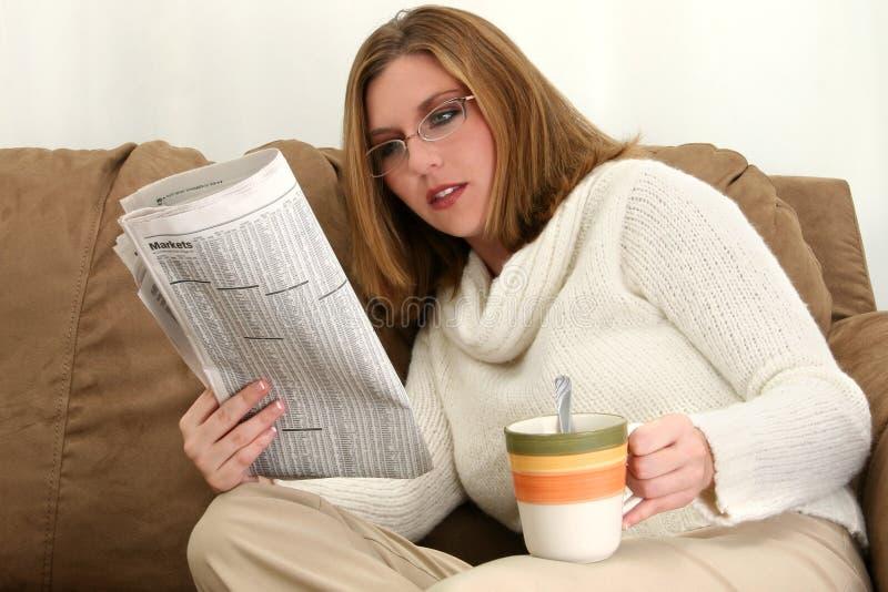 Schöne junge Frau mit Tasse Kaffee lizenzfreies stockbild