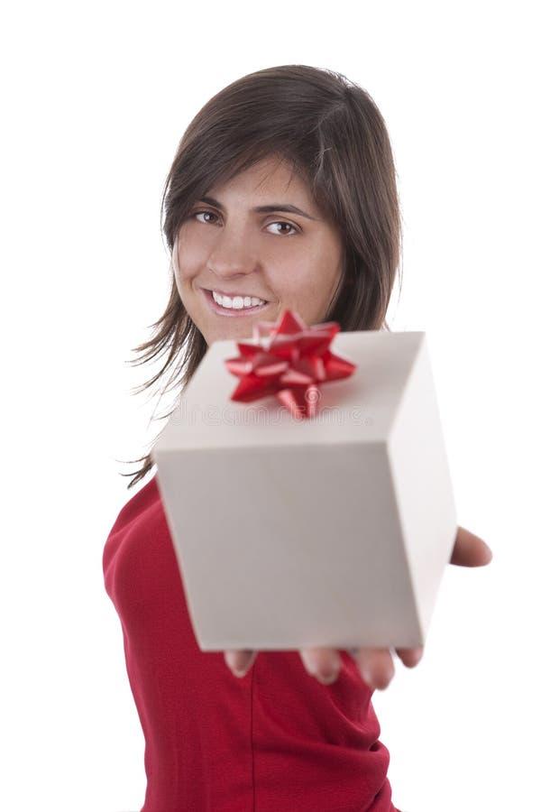 Schöne junge Frau mit Valentinsgrußgeschenkkasten lizenzfreie stockbilder