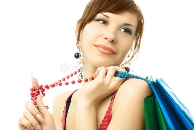 Schöne junge Frau mit vielen Einkaufenbeuteln lizenzfreie stockbilder