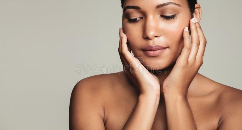 Schöne junge Frau mit vollkommener Haut stockbild