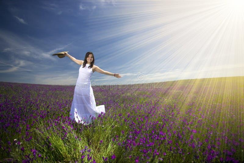 Schöne junge Frau mit weißem Kleid auf dem Gebiet lizenzfreies stockbild