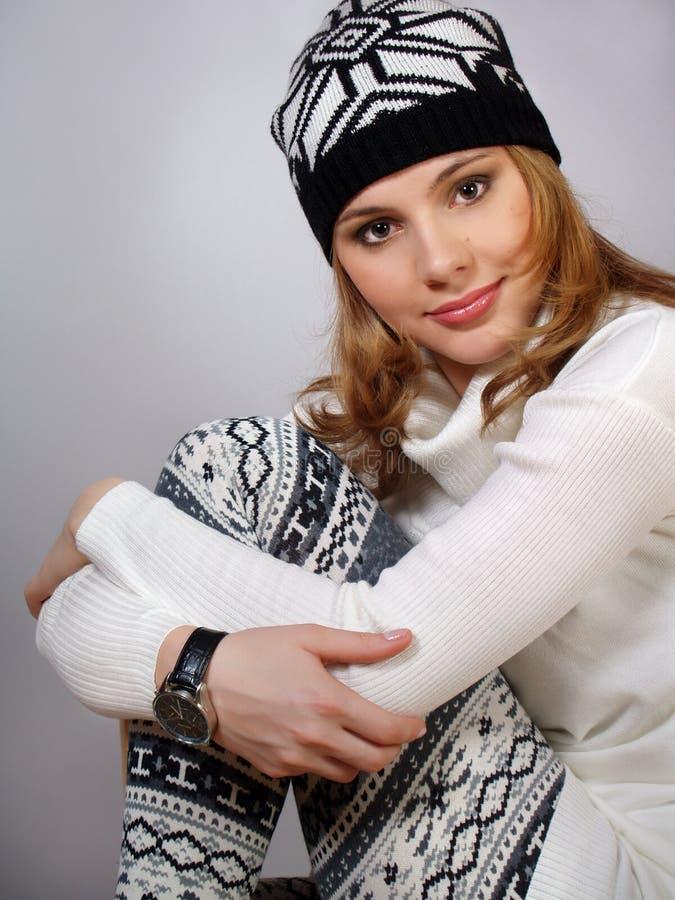 Schöne junge Frau in modernem modernem warmem c stockbilder