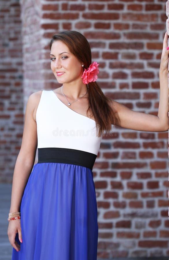 Download Schöne Junge Frau Nahe Einer Wand Stockfoto - Bild von schauen, hand: 26351866