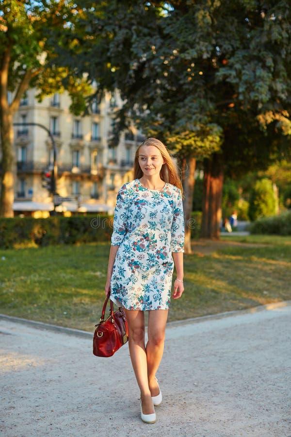 Schöne junge Frau in Paris stockfotografie