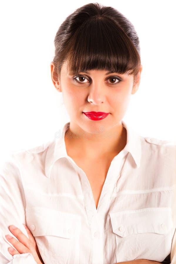 Schöne junge Frau, rote Lippen und Arme gefaltet lizenzfreie stockfotos